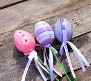 桃红色和紫色塑料复活节彩蛋 库存图片