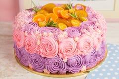 桃红色和紫色奶油色蛋糕 库存图片