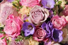 桃红色和紫色婚礼花束 免版税库存照片