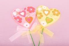 桃红色和黄色手工制造心脏 库存图片