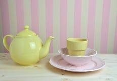 桃红色和黄色盘在厨房里 免版税库存图片