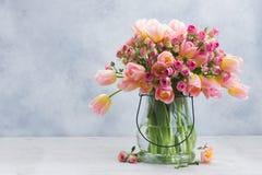 桃红色和黄色郁金香和玫瑰 免版税库存图片