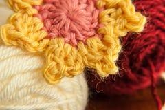 桃红色和黄色钩针编织的花 免版税库存图片