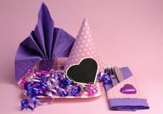 桃红色和紫色题材党桌布景 免版税库存照片