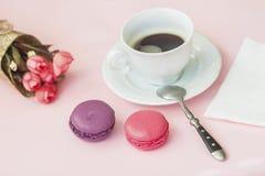 桃红色和vioet macarons,蛋白杏仁饼干,春天开花,顶视图 浪漫早晨,心爱的礼物 在Valentin的早餐 库存照片