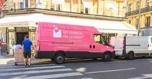 桃红色回收的公司卡车在巴黎,法国 免版税库存照片