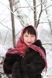 桃红色围巾的俏丽的妇女在冬天森林 免版税库存图片