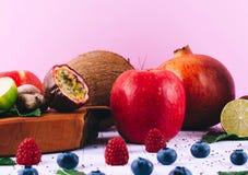 桃红色圆滑的人用果子和莓果 免版税库存照片