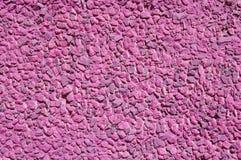 桃红色在墙壁上的被绘的石马赛克 免版税库存图片