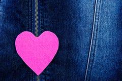 桃红色在牛仔布的毛毡心脏 免版税库存照片