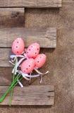 桃红色塑料复活节彩蛋 免版税库存照片