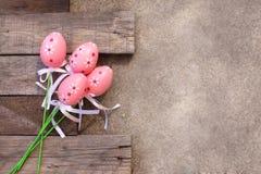 桃红色塑料复活节彩蛋 免版税图库摄影