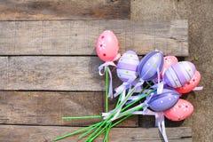 桃红色塑料复活节彩蛋 库存图片