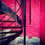 桃红色墙壁和螺旋形楼梯 免版税图库摄影