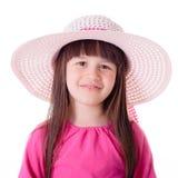 戴桃红色夏天帽子的小女孩画象 图库摄影