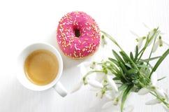 桃红色多福饼和咖啡 库存照片