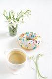 桃红色多福饼和咖啡 免版税库存照片
