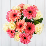 桃红色大丁草花和白玫瑰花束 免版税库存图片