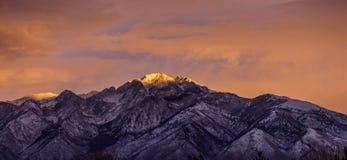 桃红色天空和光在山 库存照片