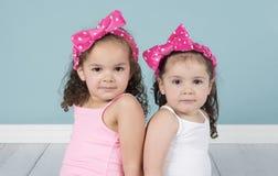 桃红色头饰带的逗人喜爱的妹 免版税库存照片