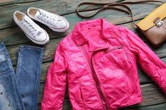 桃红色夹克和白色鞋子 免版税库存照片