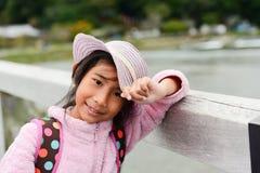 桃红色夹克的亚裔女孩在Togetsukyo桥梁 图库摄影