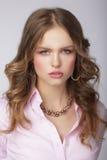 桃红色女衬衫的时髦的妇女有巨型的Chainlet的 免版税库存图片