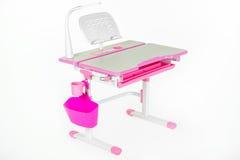 桃红色学校书桌、桃红色篮子和台灯 库存图片