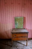 桃红色室在被放弃的老房子里 免版税图库摄影