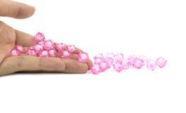 桃红色小珠在手边 免版税库存图片