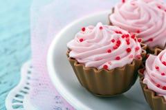桃红色巧克力杯形蛋糕果仁糖 库存照片