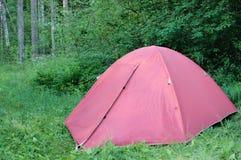 桃红色帐篷在森林里,野营 旅游业,生活方式,活动 库存图片