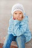 桃红色帽子和夹克的小女孩 免版税库存照片
