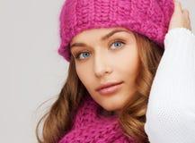 桃红色帽子和围巾的妇女 库存照片