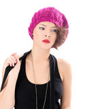 戴桃红色帽子的俏丽的妇女 免版税库存照片