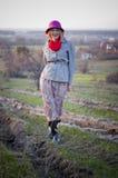 桃红色帽子的女孩在自然风景 免版税库存照片