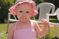 桃红色帽子的婴孩 免版税库存照片