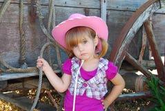 在无盖货车旁边的年轻女牛仔 库存照片