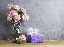 桃红色康乃馨的愉快的母亲节概念在瓶开花 免版税库存照片
