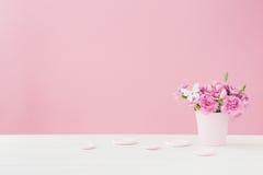 桃红色康乃馨花束在桃红色背景的花瓶开花 文本的空的空间 库存图片