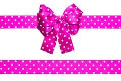 桃红色弓和丝带与由丝绸做的白色圆点 库存图片