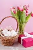 桃红色当前和五颜六色的郁金香欢乐复活节装饰 库存图片