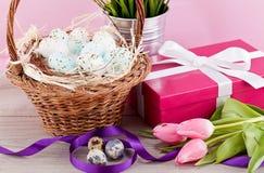 桃红色当前和五颜六色的郁金香欢乐复活节装饰 免版税库存图片