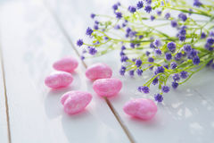 桃红色心脏和野花花束在木板的 免版税图库摄影