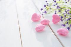桃红色心脏和野花花束在木板的 库存图片
