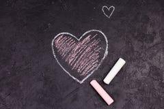 桃红色心脏粉笔画在黑板的 免版税图库摄影