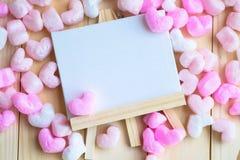 桃红色心脏被围拢的笔记本 免版税图库摄影