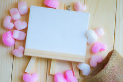 桃红色心脏围拢了空白的白色并条机和大袋 免版税库存图片