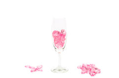 桃红色心脏玻璃在白色背景 免版税库存照片