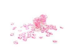 桃红色心脏玻璃在白色背景 免版税库存图片